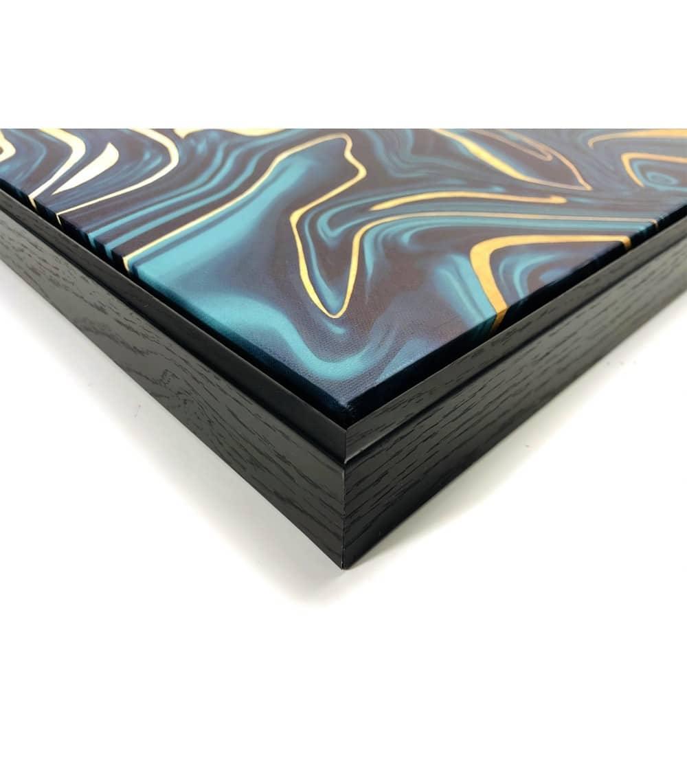 Tableau abstrait moderne couleur bleu et or présenté de coté