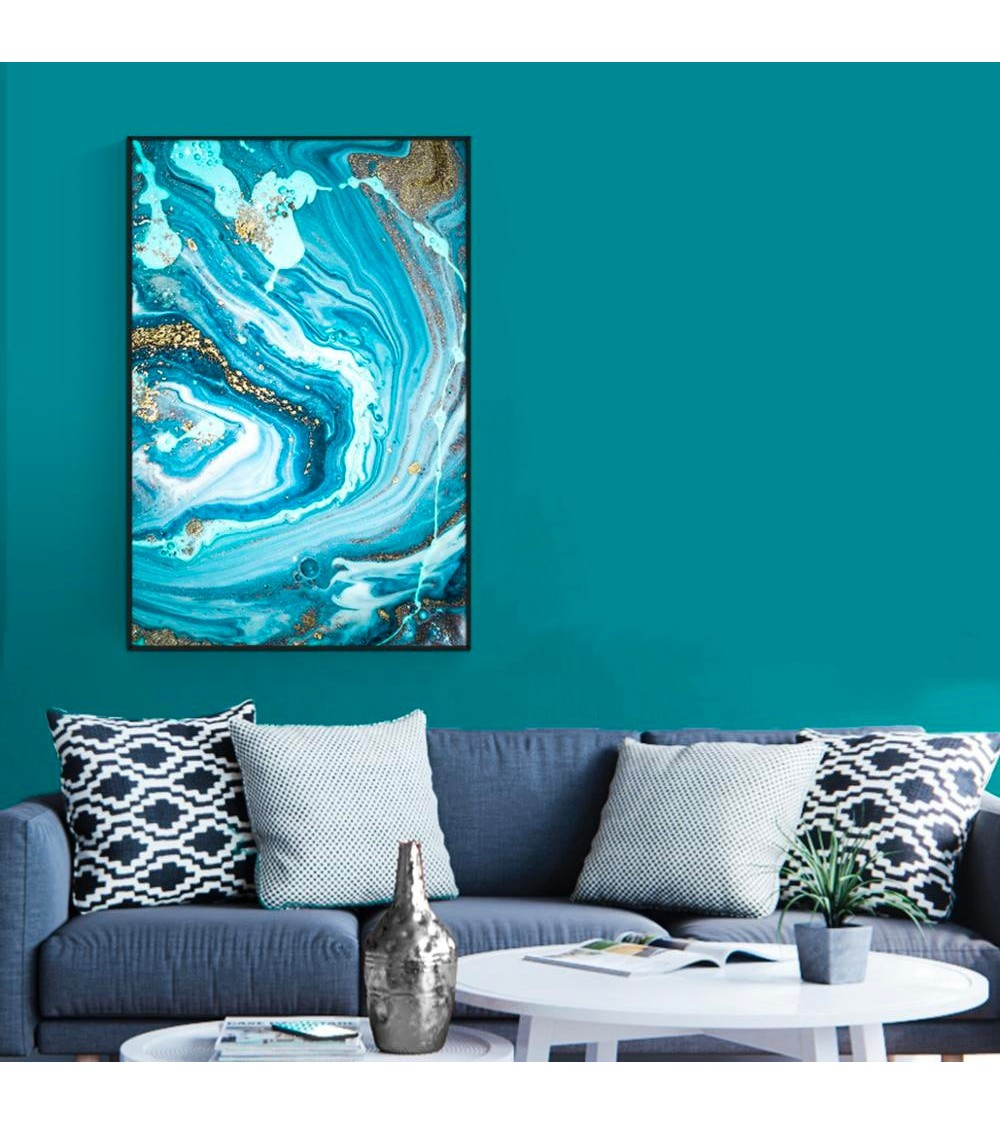 Tableau abstrait bleu clair avec un cadre noir présentait sur un mur gris