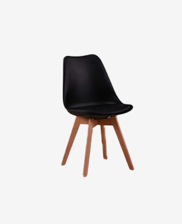 Chaise scandinave noir piétement bois vu de demi-coté