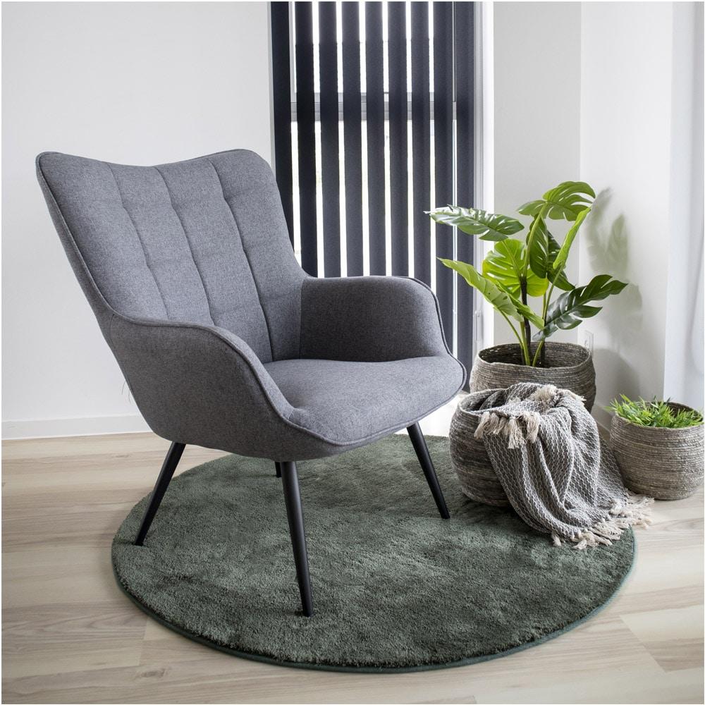 Chaise avec des accoudoirs grise