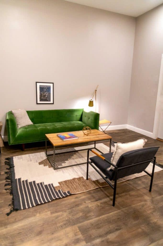 Salon avec fauteuil velours et canapé velours vert