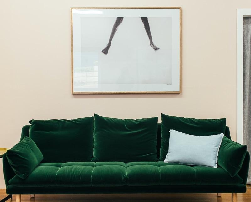 Un canapé en velours en total look avec quelque coussins