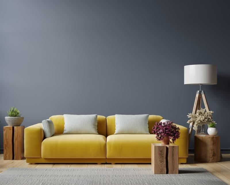 Magnifique canapé en velours jaune moutarde dans un beau intérieur