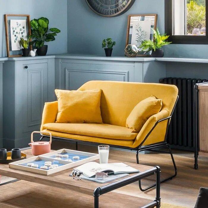Canapé jaune de type nordique dans un salon