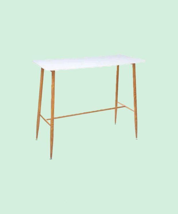 Une table élégante scandinave avec des pieds en bois est un plateau blanc