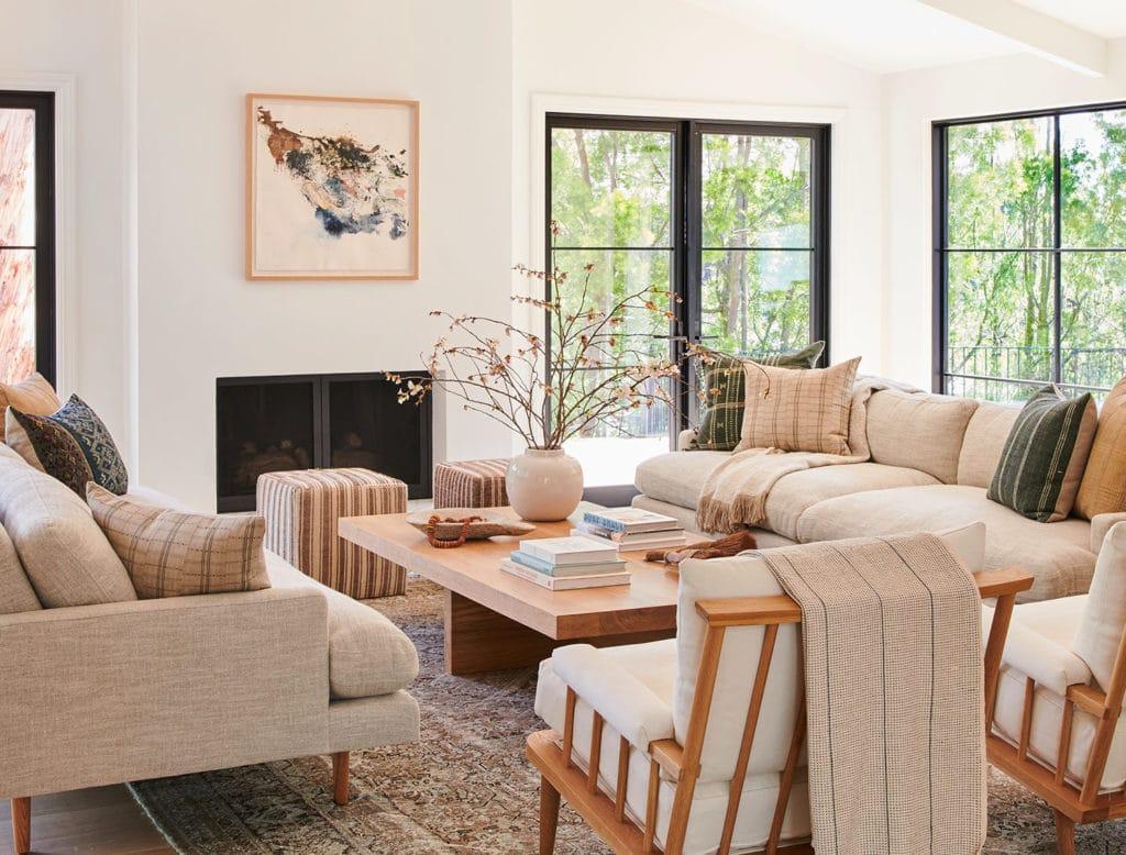Salon aux couleurs beige avec du joli mobilier de salon